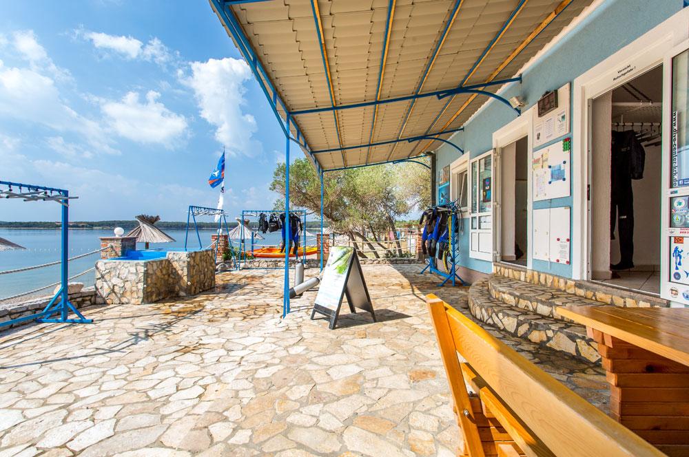 Terrasse mit Meerblick am Strand von Dunat | DIVE CENTER KRK